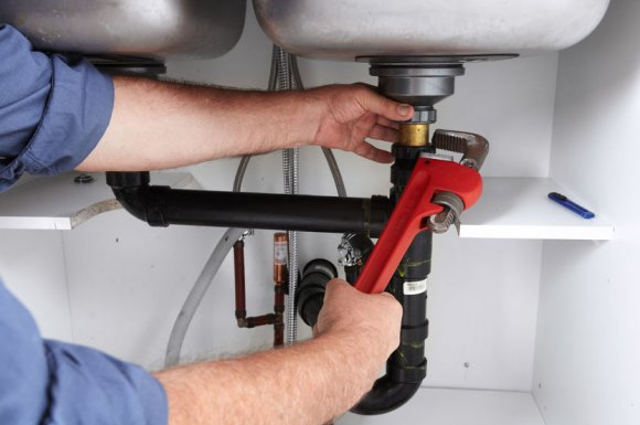 Spécialiste expérimenté pour le débouchage de tuyauterie de lavabo dans une cuisine à Avrieux