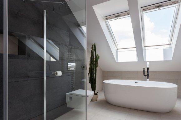 Pose et installation de baignoire dans salle de bain en rénovation à Fourneaux